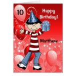 El cumpleaños del niño personalizado con la edad p tarjetón