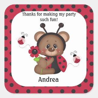 El cumpleaños del oso de peluche de la mariquita pegatina cuadrada