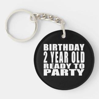 El cumpleaños dos año alista para ir de fiesta llavero redondo acrílico a una cara