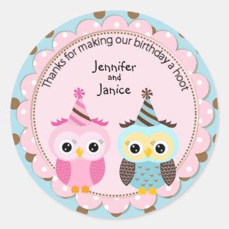 El cumpleaños gemelo de los búhos del muchacho y pegatina redonda