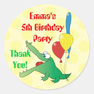 El cumpleaños lindo de los niños del cocodrilo le pegatina redonda