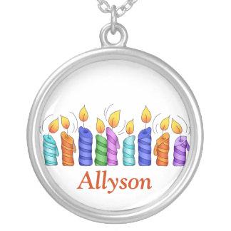 El cumpleaños mira al trasluz el collar