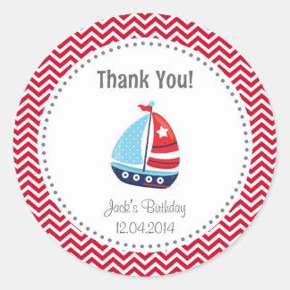 El cumpleaños náutico del velero le agradece rojo pegatina redonda