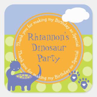 El cumpleaños púrpura del dinosaurio con los pegatina cuadrada
