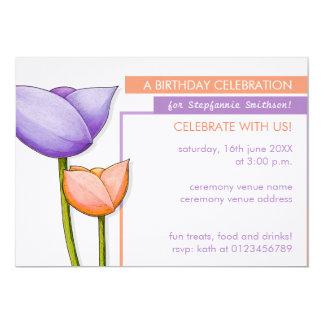 """El cumpleaños púrpura del naranja 2 de las flores invitación 5"""" x 7"""""""