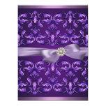El cumpleaños púrpura oscuro del damasco y del comunicado personalizado