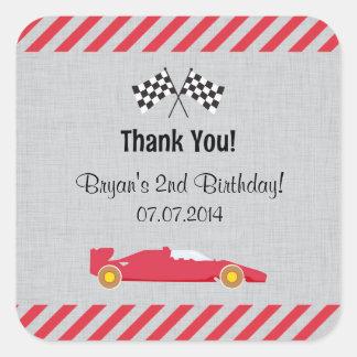 El cumpleaños rojo del coche de carreras le pegatina cuadrada