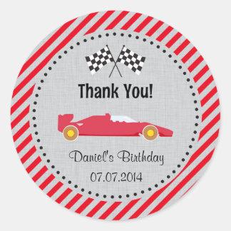 El cumpleaños rojo del coche de carreras le pegatina redonda