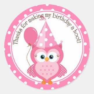 El cumpleaños rosado del búho le agradece pegatina redonda