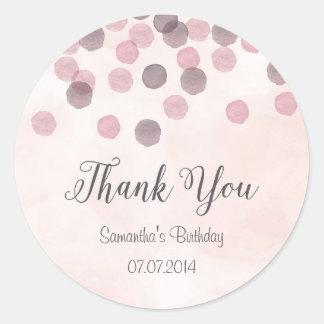 El cumpleaños rosado del confeti le agradece pegatina redonda