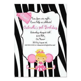 El cumpleaños rosado rayado cebra de la animadora invitación 12,7 x 17,8 cm