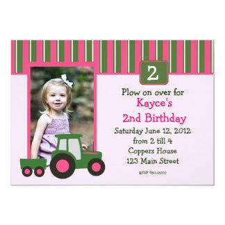 """El cumpleaños rosado y verde del tractor del chica invitación 5"""" x 7"""""""