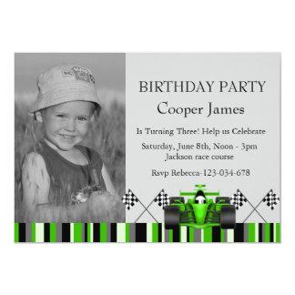 El cumpleaños verde del coche de carreras invita invitación 12,7 x 17,8 cm