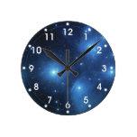 El cúmulo de estrellas de Pleiades Reloj Redondo Mediano