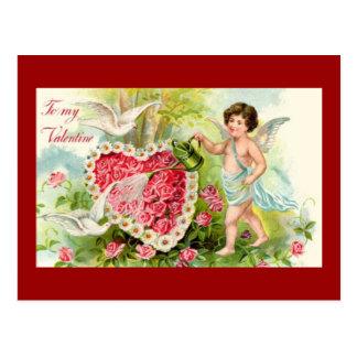 El Cupid del vintage regó el corazón de las flores Postales