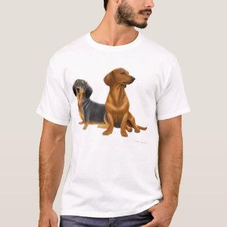 El Dachshund persigue la camiseta