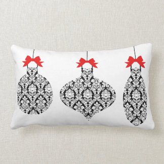 El damasco blanco y negro adorna la almohada del cojín lumbar