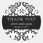 El damasco del favor del boda le agradece negro de pegatina redonda