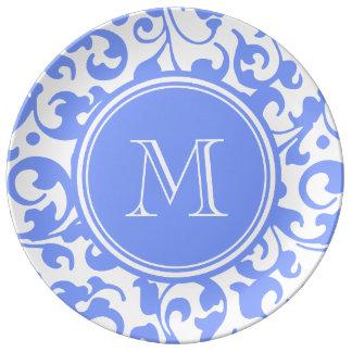 El damasco elegante azul de la lila remolina con m platos de cerámica