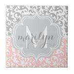 El damasco femenino remolina rosa y con monograma azulejos