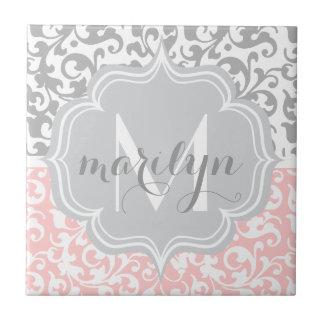 El damasco femenino remolina rosa y con monograma azulejo cuadrado pequeño