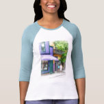 El dar un paseo abajo de la calle Newport RI de Th Camisetas