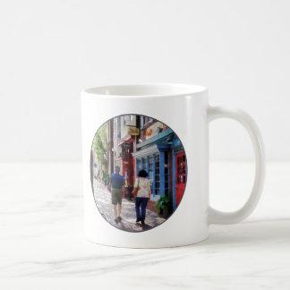 El dar un paseo abajo de rey Street Alexandría VA Tazas De Café