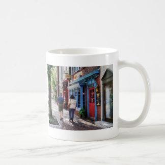El dar un paseo abajo de rey Street Alexandría VA Taza De Café