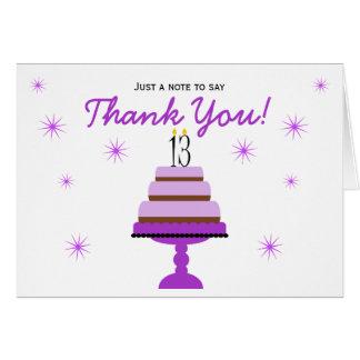 El décimotercero cumpleaños de la torta púrpura le tarjeta pequeña