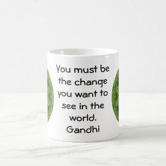 El decir de la cita de la sabiduría de Gandhi Taza