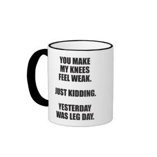 El decir divertido del día de la pierna - humor taza de dos colores