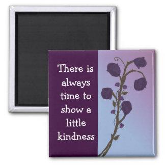El decir púrpura de la amabilidad de los rosas imán cuadrado