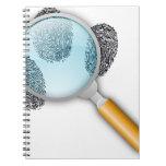 El dedo detective del hallazgo de las pistas toma  libros de apuntes con espiral