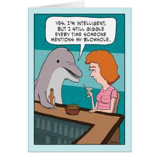 El delfín divertido ríe nerviosamente sobre tarjeta de felicitación