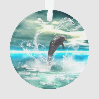 El delfín que salta en el mar con las ondas como