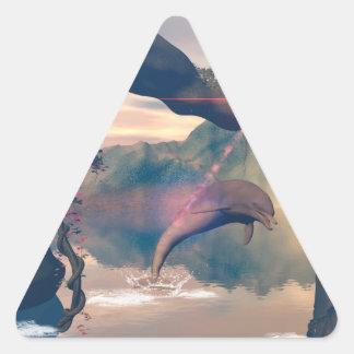 El delfín que salta y que juega pegatina triangular