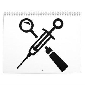 El dentista equipa la jeringuilla calendarios