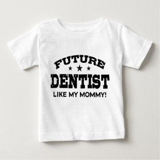 El dentista futuro tiene gusto de mi mamá playera de bebé
