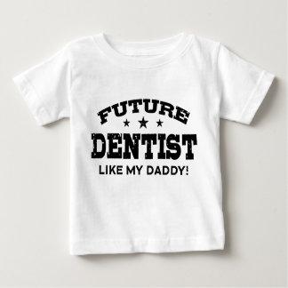 El dentista futuro tiene gusto de mi papá playera de bebé