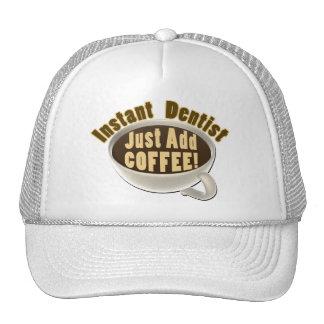 El dentista inmediato apenas añade el café gorros