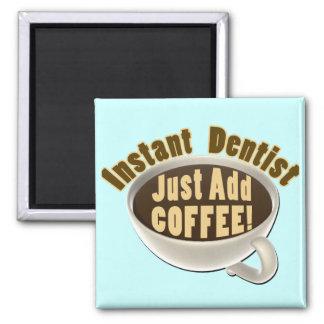 El dentista inmediato apenas añade el café imán cuadrado