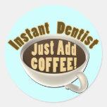 El dentista inmediato apenas añade el café pegatina redonda