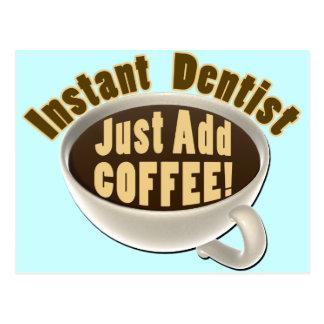 El dentista inmediato apenas añade el café tarjeta postal