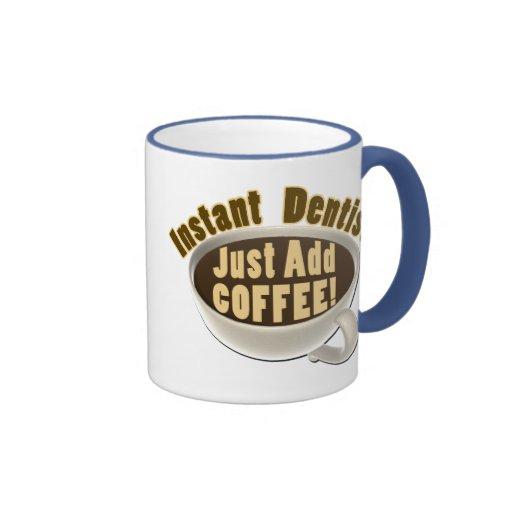 El dentista inmediato apenas añade el café tazas