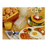 El desayuno del tocino, los huevos y la jarra de l tarjeta postal