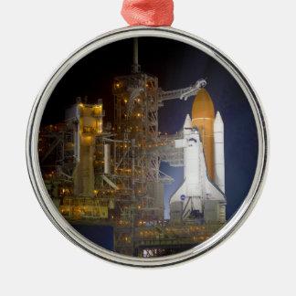 El descubrimiento del transbordador espacial en la adorno redondo plateado
