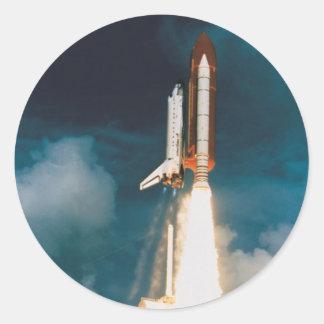 El descubrimiento del transbordador espacial pegatina redonda