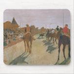 El desfile, o caballos de raza delante de los sopo alfombrillas de ratones