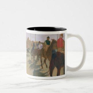El desfile, o caballos de raza delante de los taza de dos tonos