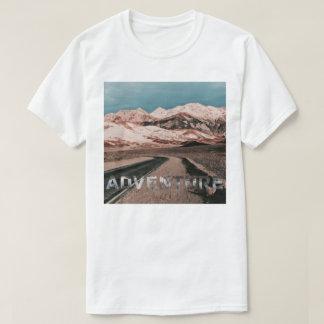 El desierto de las montañas de la aventura agita playera